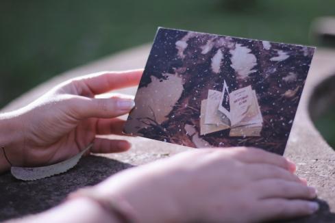 A Juliette da Ucrânia me enviou esse cartão com a ilustração de um livro de Gogol, o autor ucraniano mais famoso, segundo ela. Lá eles têm até um festival de artes com o nome GogolFest. Imagina se não se tornou um dos cartões preferidos?